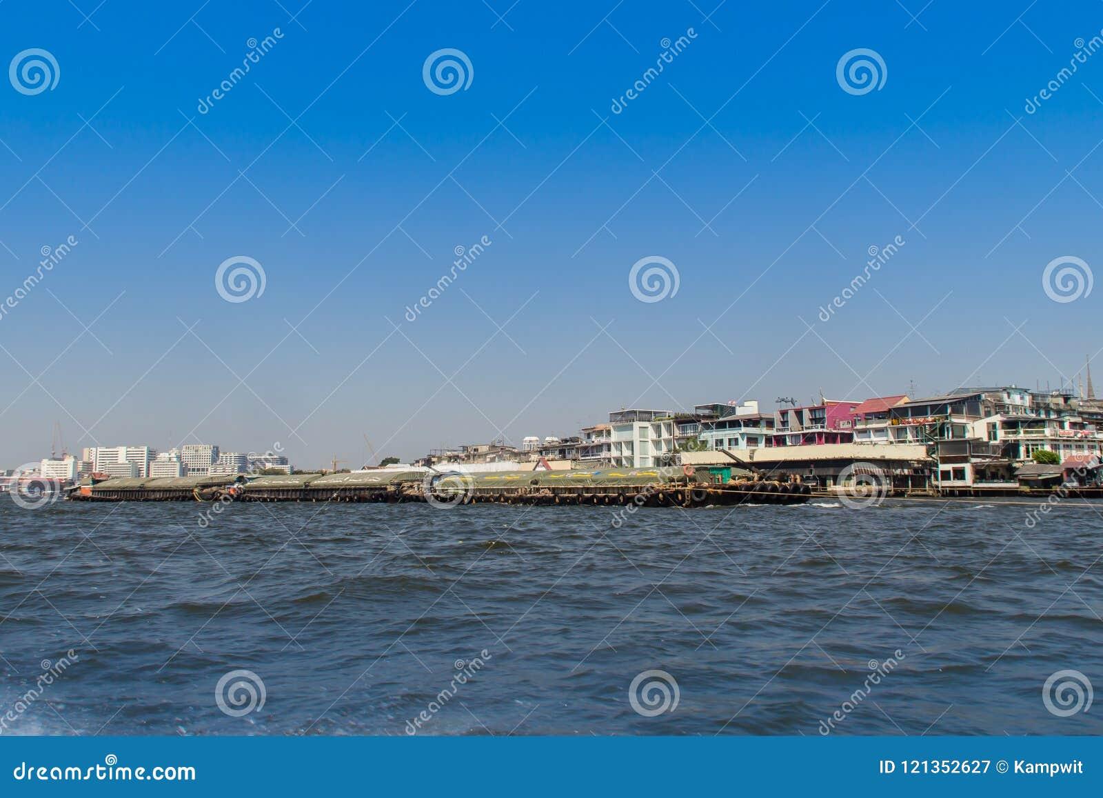 Vue de façade d une rivière de Chao Phraya de bateau le long du Choa la rivière Phraya, Bangkok, Thaïlande