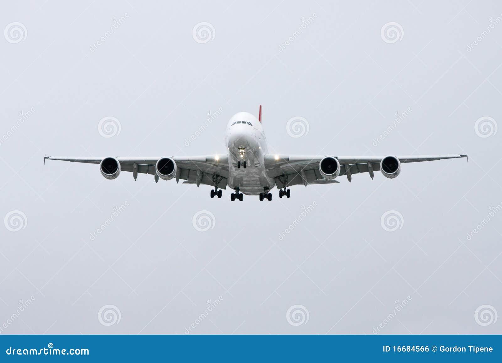 Vue de face d Airbus A380 en vol -