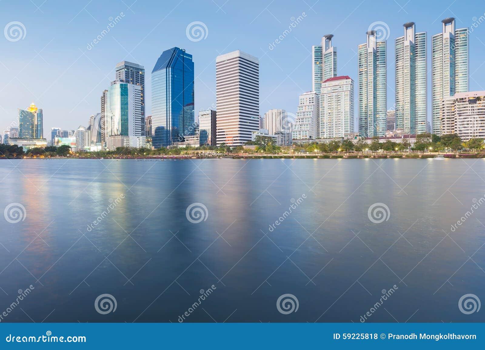 Vue de face de l eau de ville de Bangkok en parcs publics