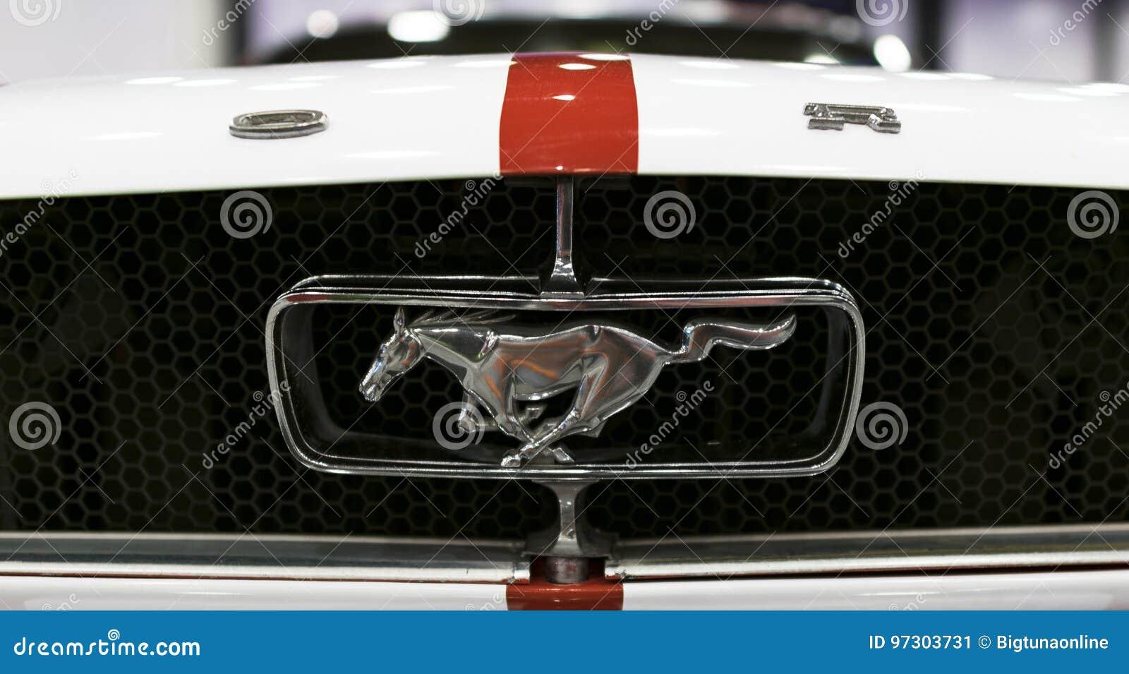 Vue de face de rétro Ford Mustang classique GT Logo de Ford Mustang avec le cheval courant Détails d extérieur de voiture