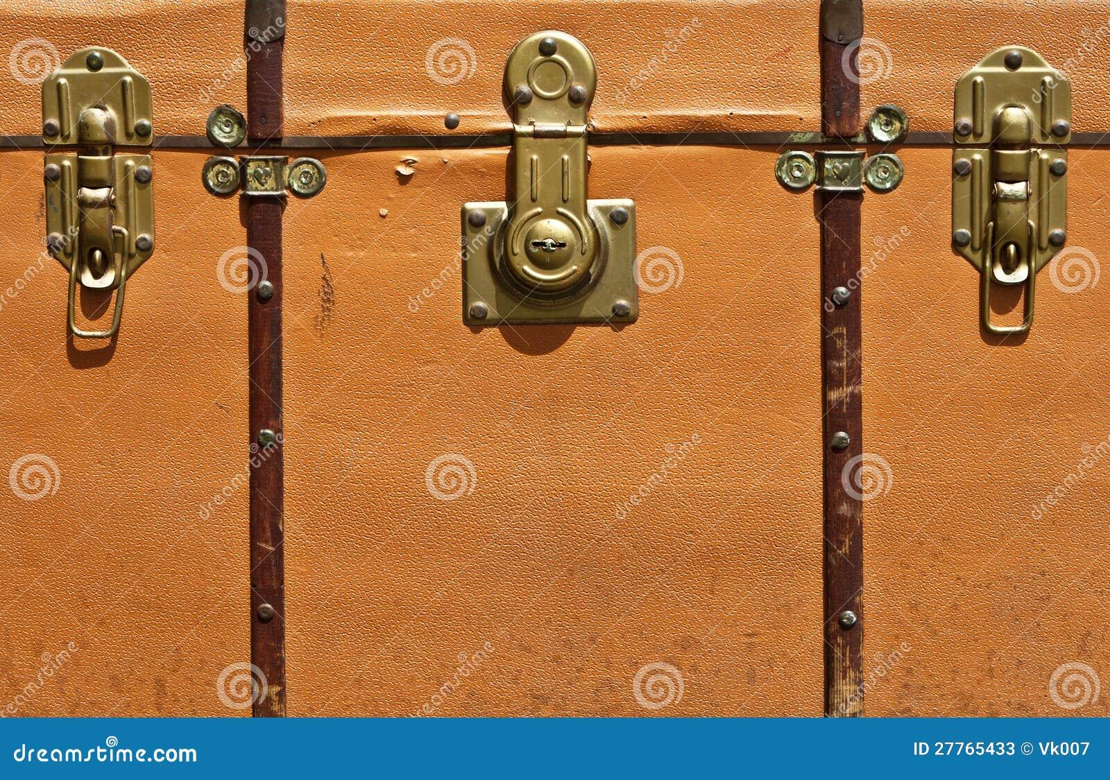Vue de face de valise de cru