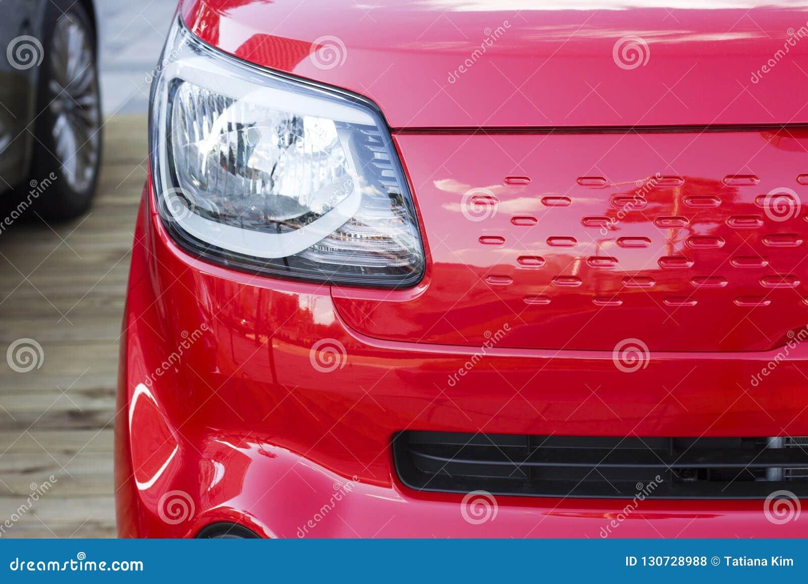 Vue de face de voiture de sport rouge, plan rapproché