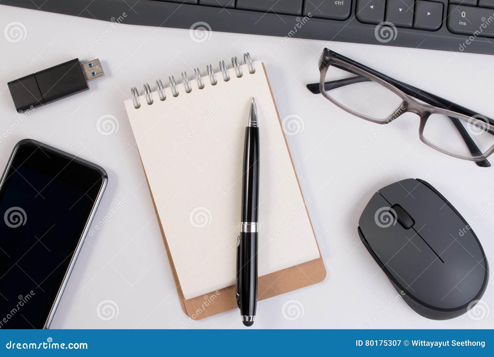 Vue de fin ci dessus fournitures de bureau et dispositifs d