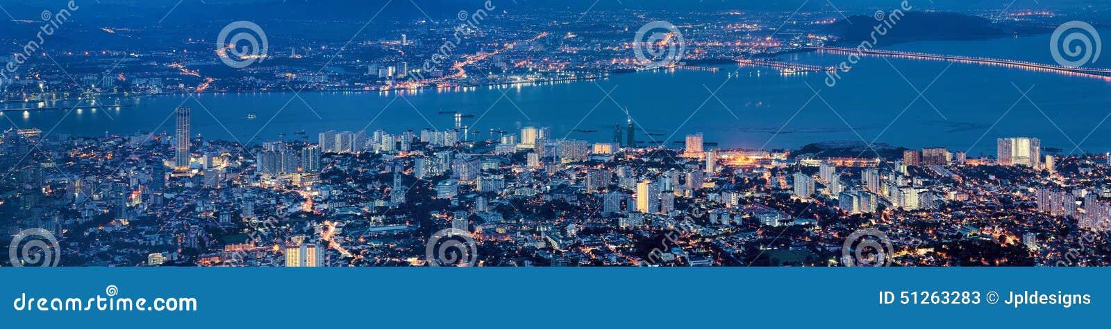Vue de George Town Penang Malaysia Aerial à l heure bleue