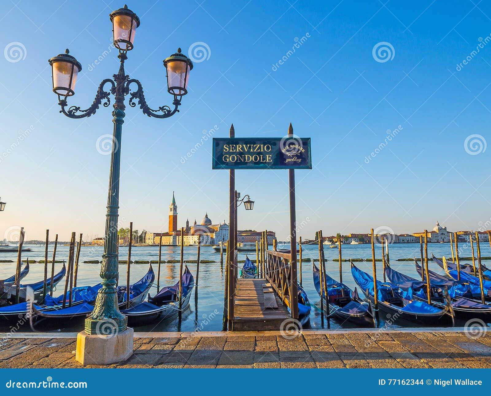 Vue de gondole dans le début de la matinée de Venise