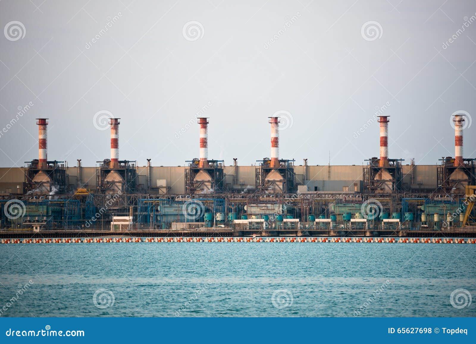 Vue de grand raffinerie de pétrole sur un fond de ciel