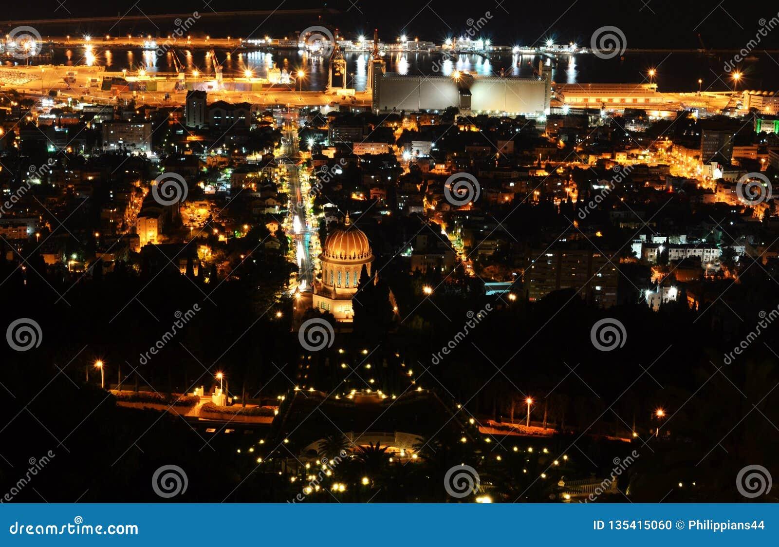 Vue de Haïfa et de port du centre des jardins de Bahai sur Mt Carmel la nuit, Israël