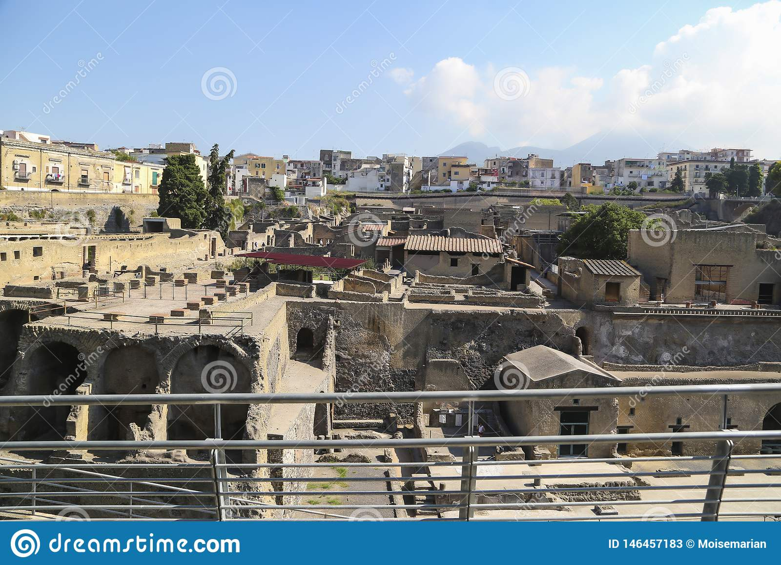 Vue de Herculanum au-dessus du site arch?ologique romain antique, pr?s de Naples, l Italie