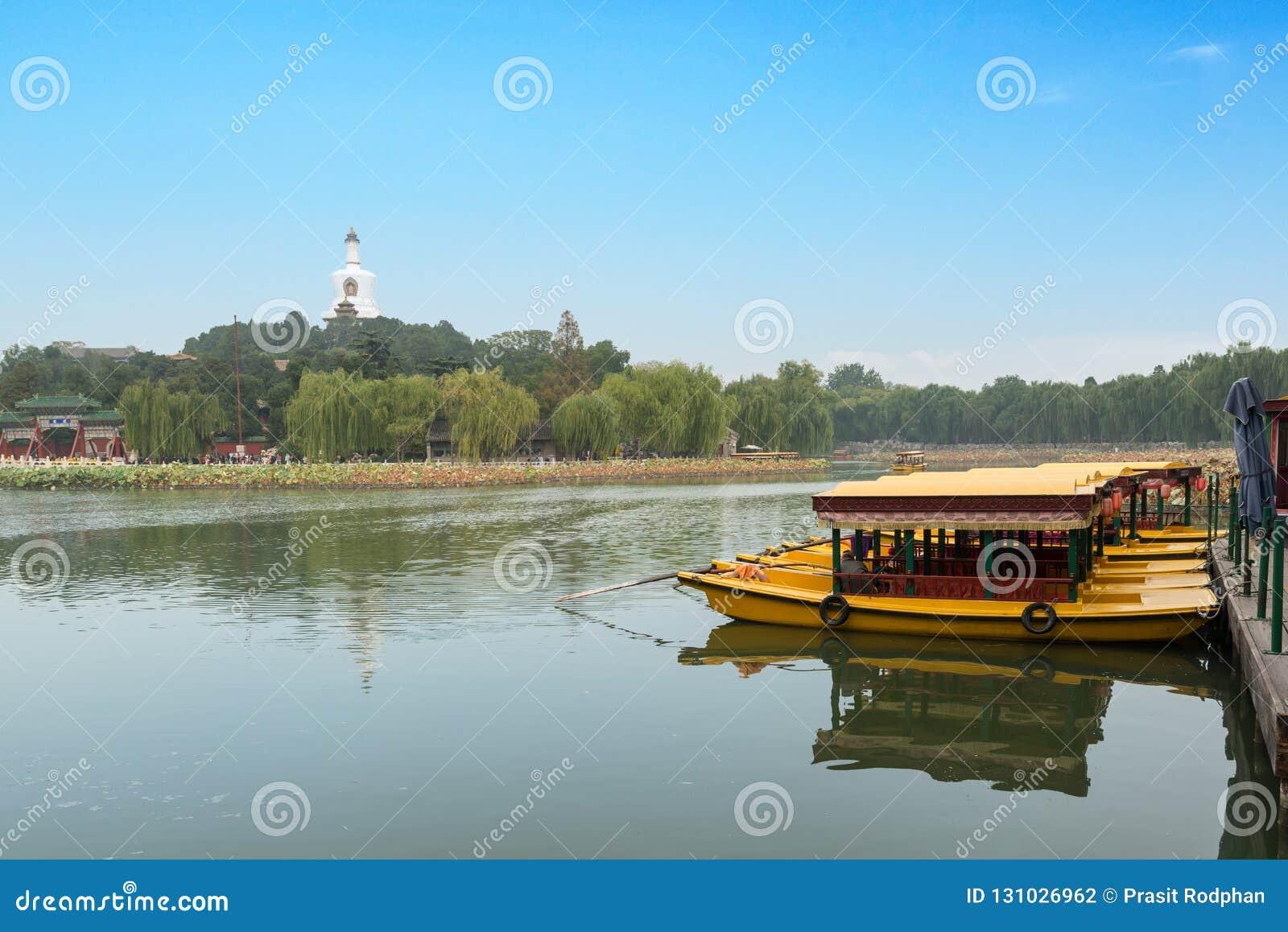 Vue de Jade Island avec la pagoda blanche en parc de Beihai chez Pékin,