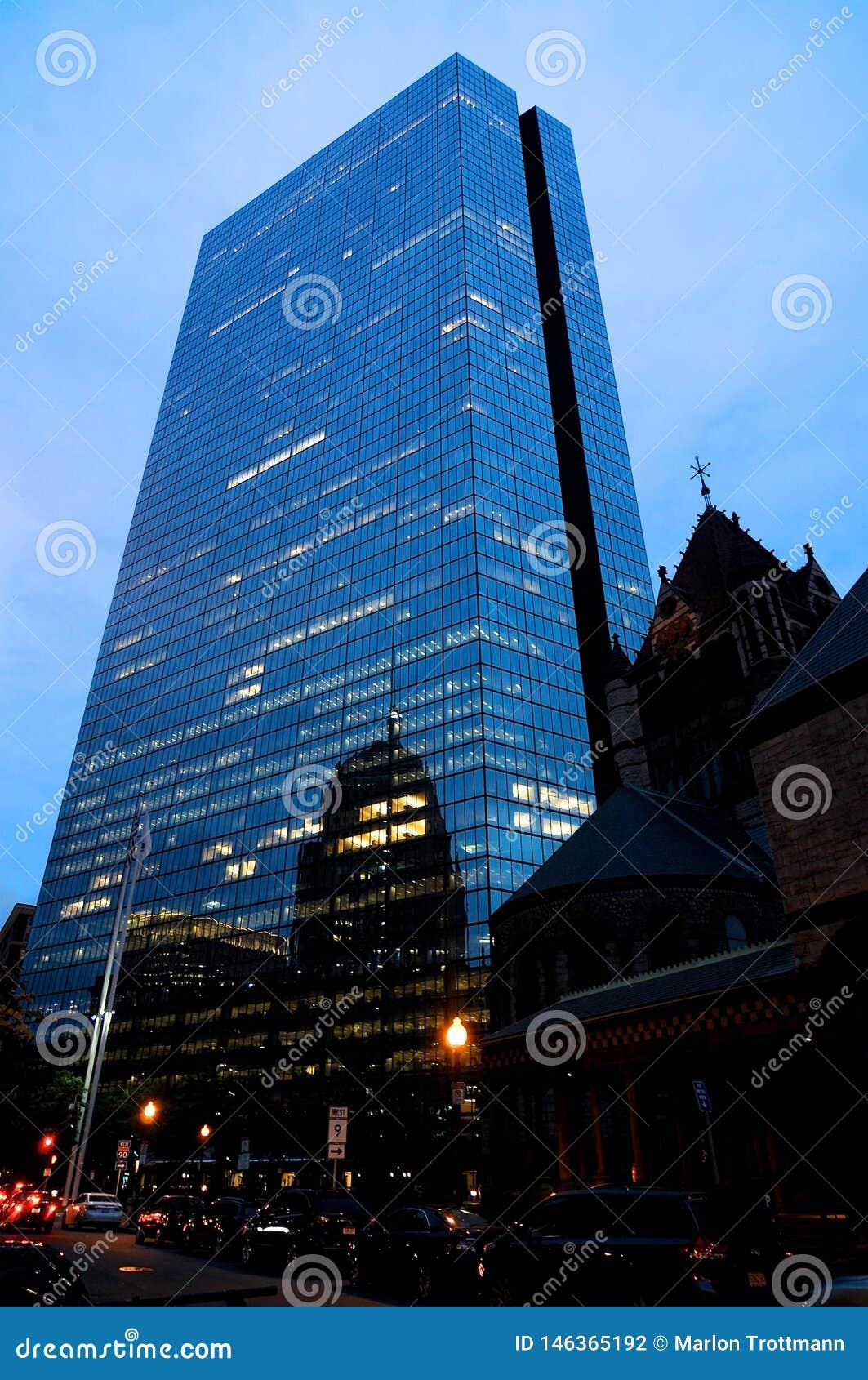 Vue de John Hancock Tower au crépuscule à Boston