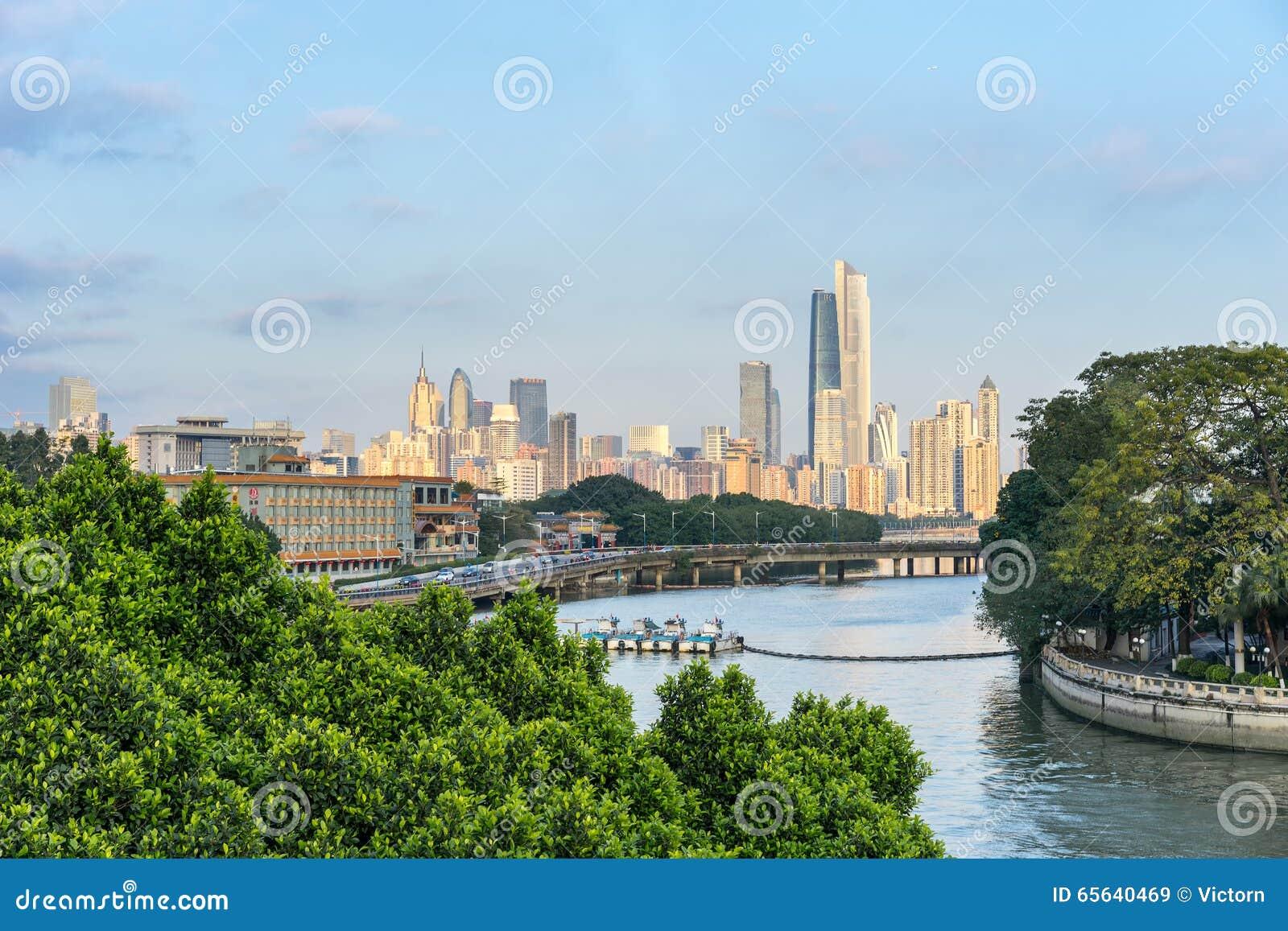 Vue de jour des bâtiments par le Pearl River