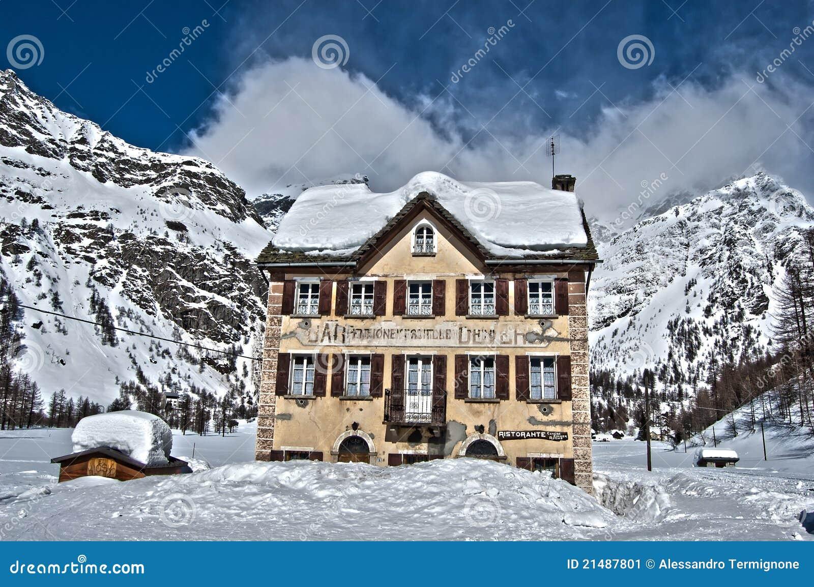 Vue de l 39 hiver de hdr d 39 une maison la montagne image for Enlever l humidite d une maison