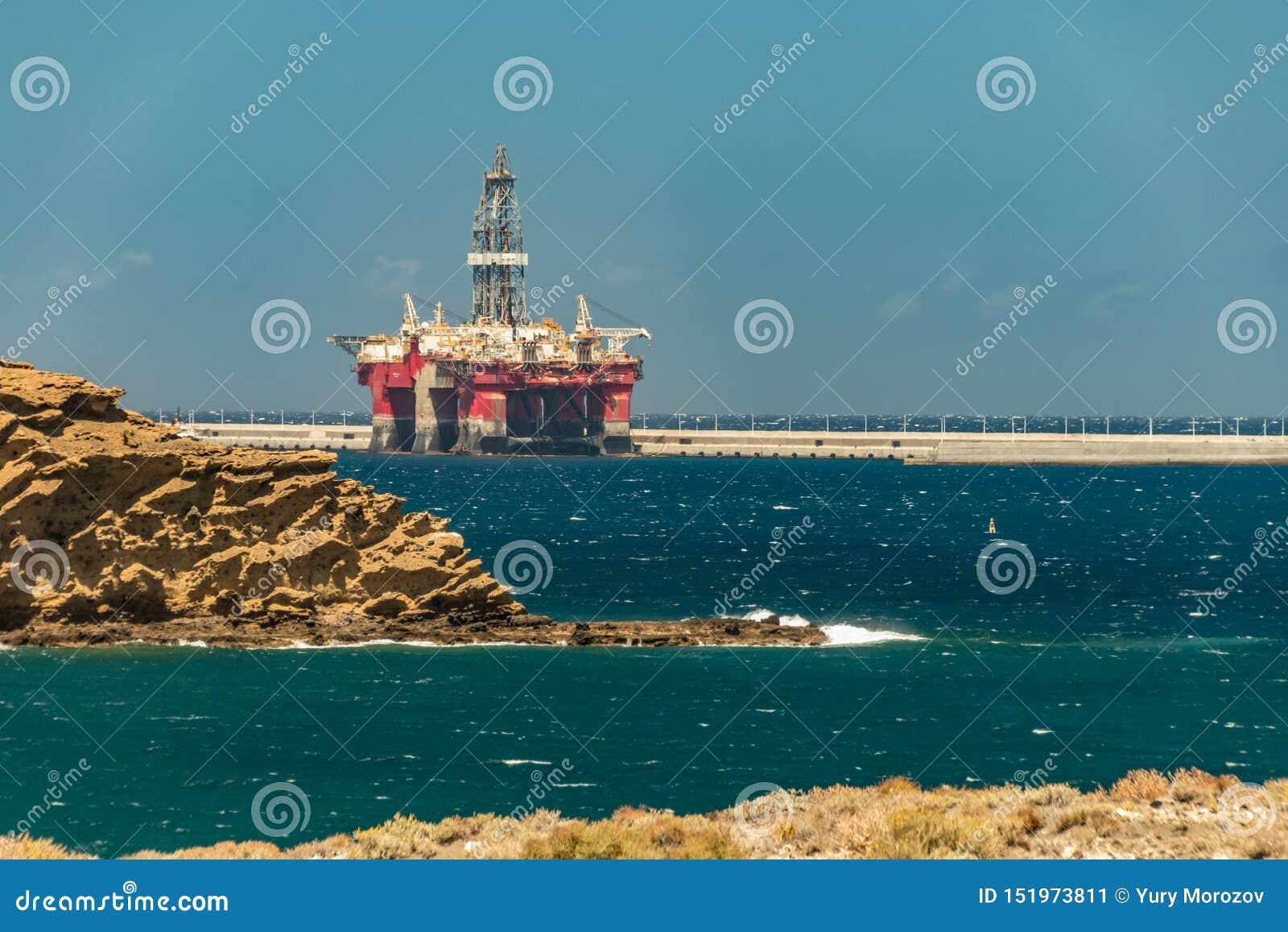 Vue de la côte de l installation en mer d huile amarrée dans le port du passiflore sur Ténérife