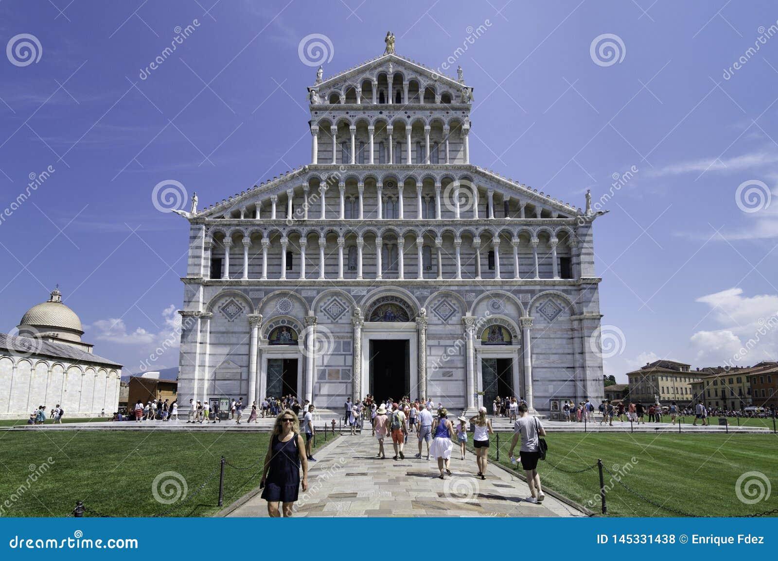 Vue de la façade et l entrée principale de la cathédrale de Pise, Italie