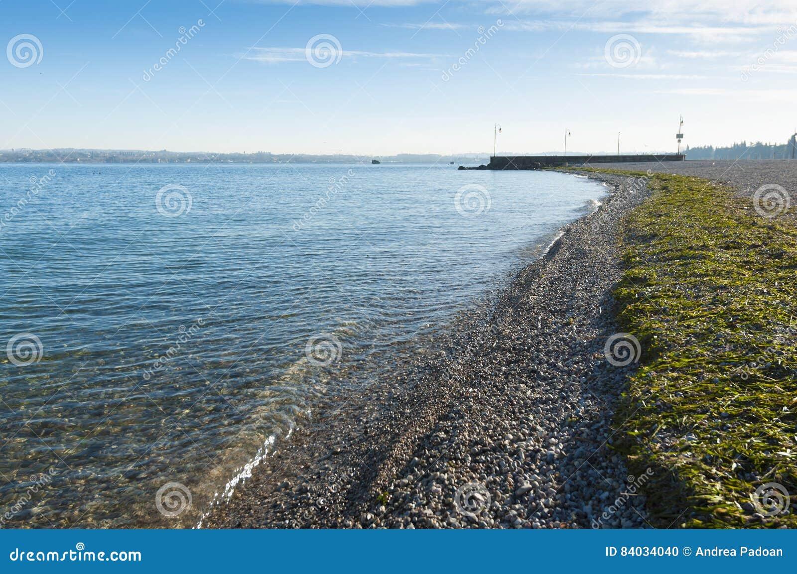Vue d hiver de la plage de lac garda de Peschiera del Garda, Vérone, Italie  Pris au début de la matinée sur Jannuary 7, 2017 da57798f6f2
