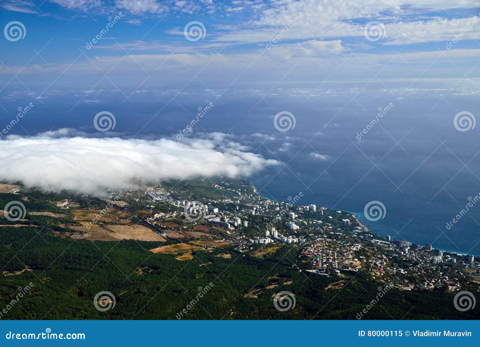 Vue de la primevère farineuse sur la petite ville de bord de la mer