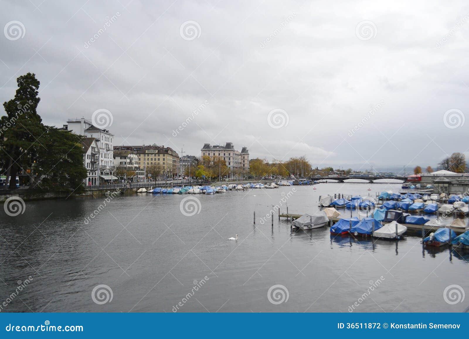 Vue de la rivière de Limmat et le centre de Zurich