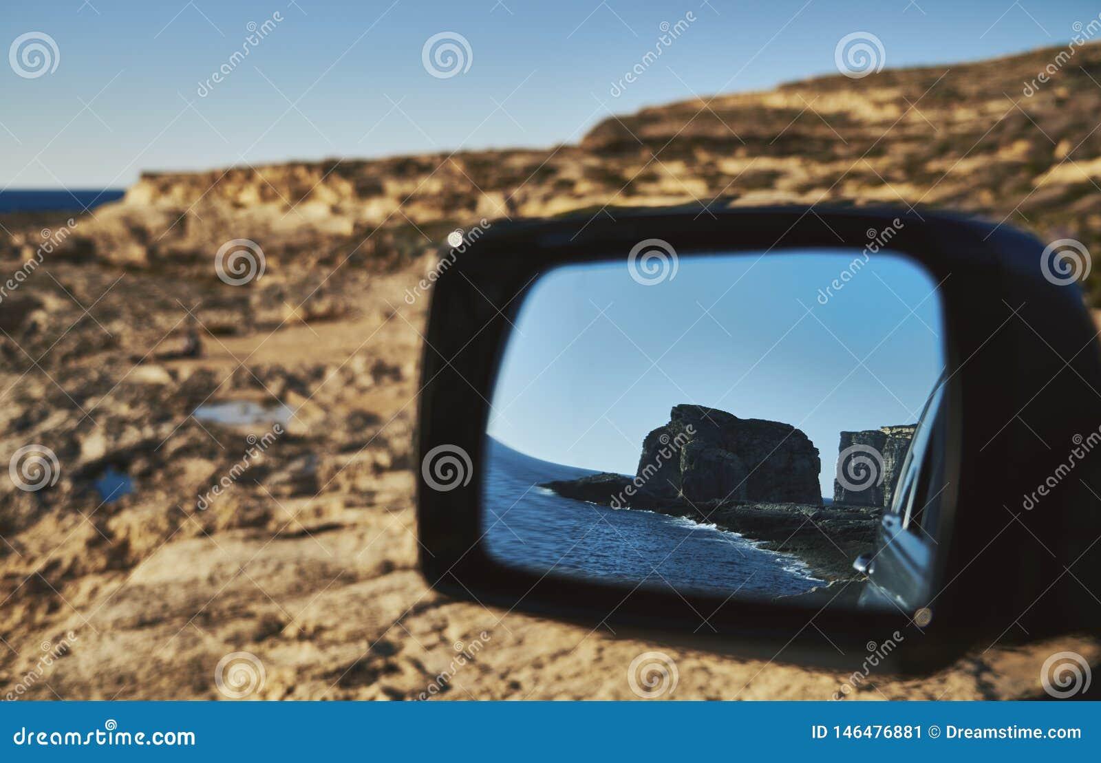 Vue de la roche du miroir de voiture