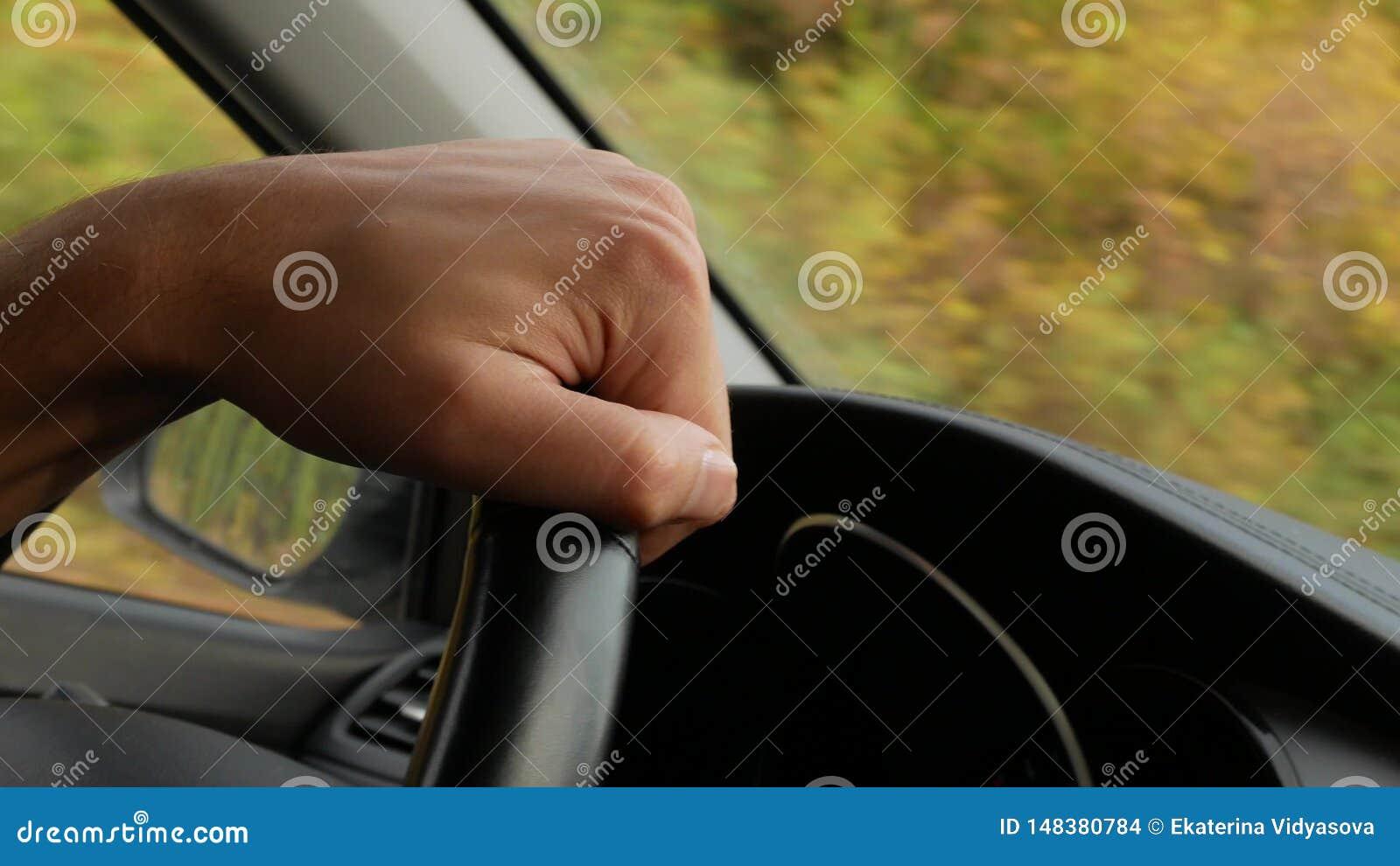 Vue de la route du pare-brise de la voiture 4K L homme tient le volant