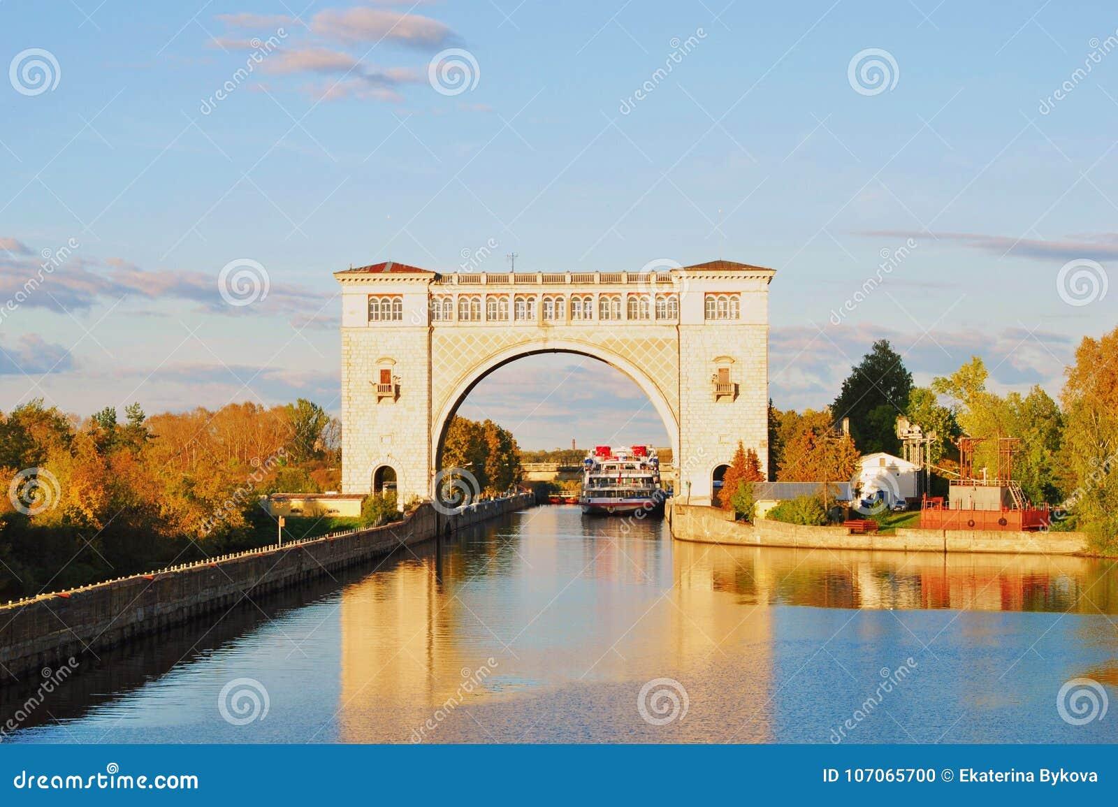 Vue de la serrure sur la Volga près d Uglich Nature d automne