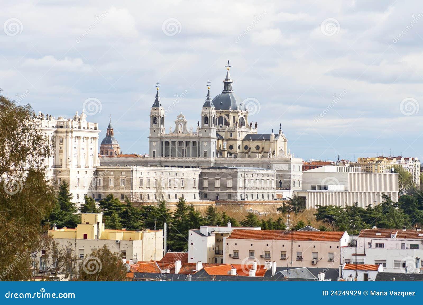 Vue de la ville de madrid image stock image du cloche for Piscine madrid