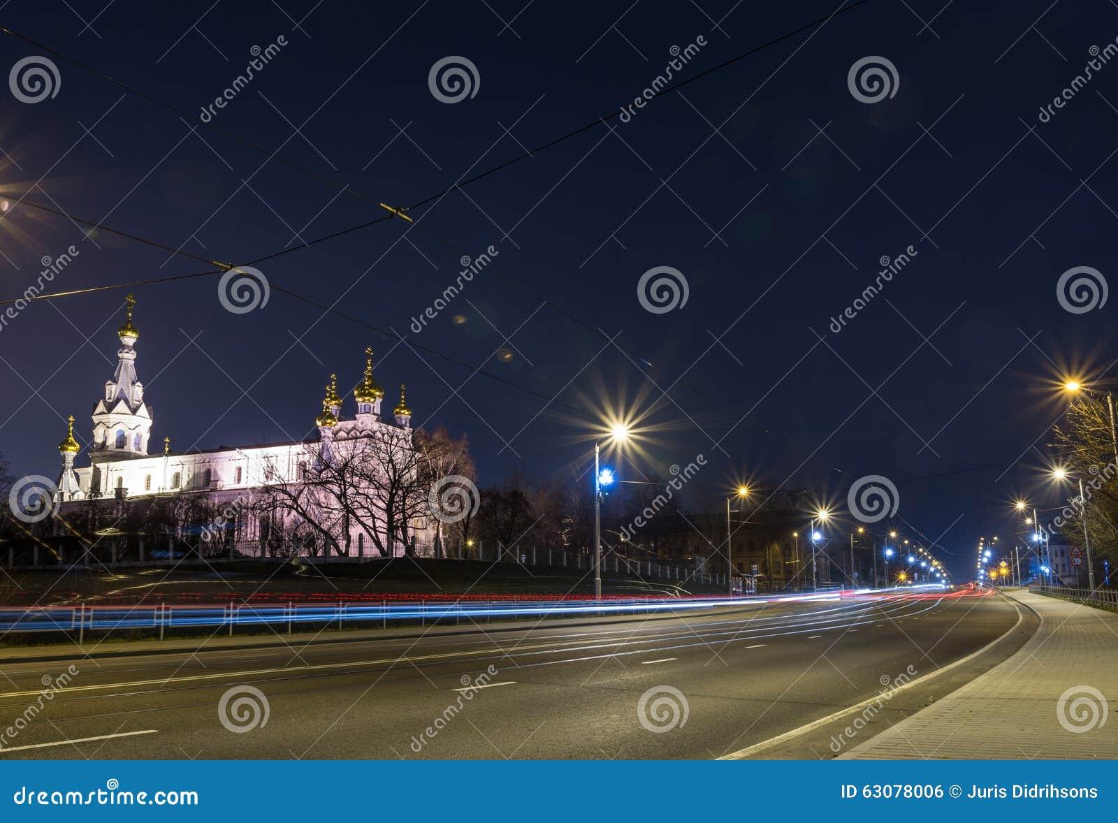 Download Vue De La Ville De Nuit Avec Les Voies Et L'église De Tram Photo stock - Image du coloré, moderne: 63078006