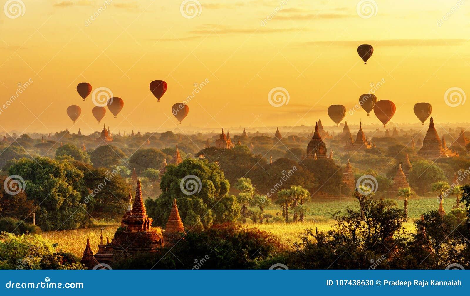 Vue de lever de soleil de belles pagodas et de ballons à air chauds, Myanmar