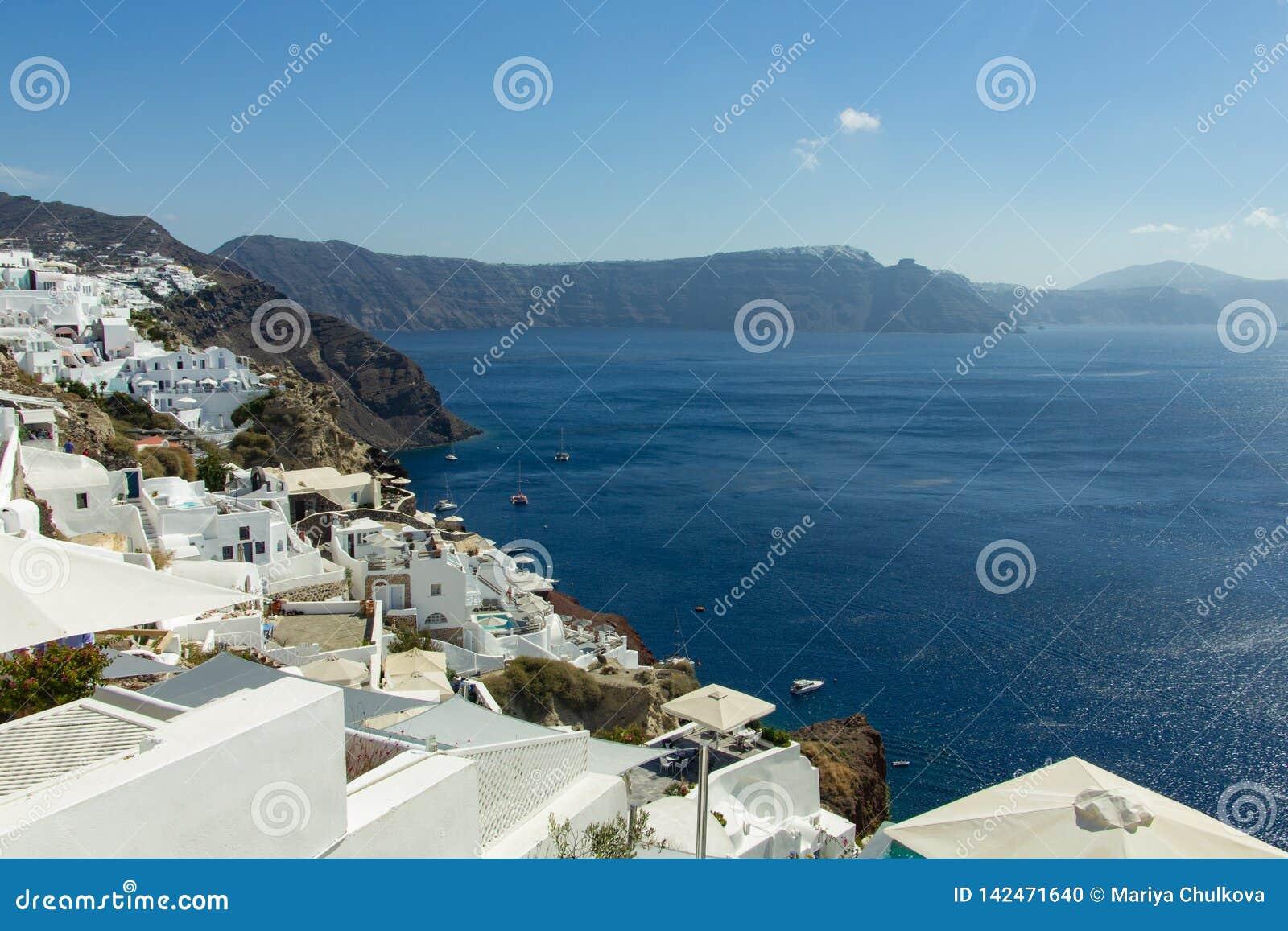 Vue de mer avec l île de Santorini