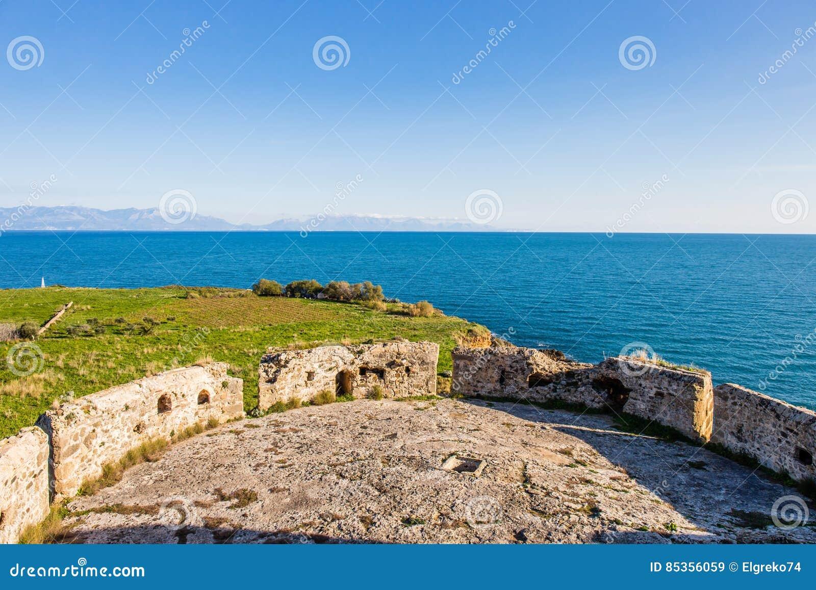 Vue de mer d infini des murs de la forteresse de Koroni