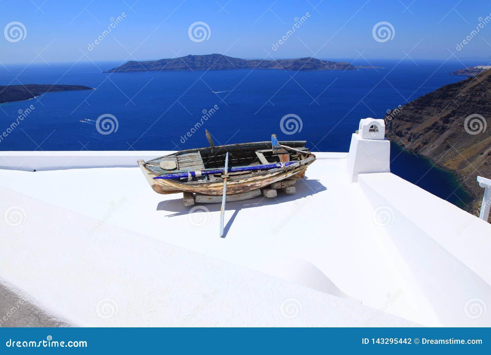 Vue de mer et un vieux bateau sur un toit sur Santorini