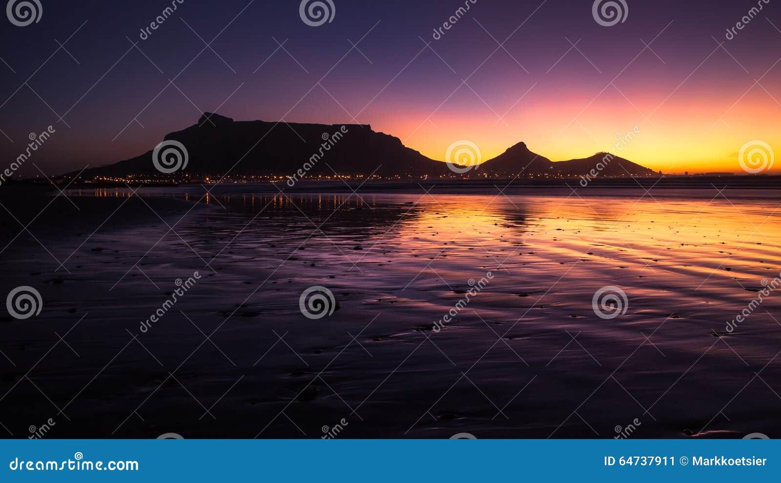 Vue de montagne de Tableau, Cape Town, Afrique du Sud pendant le coucher du soleil