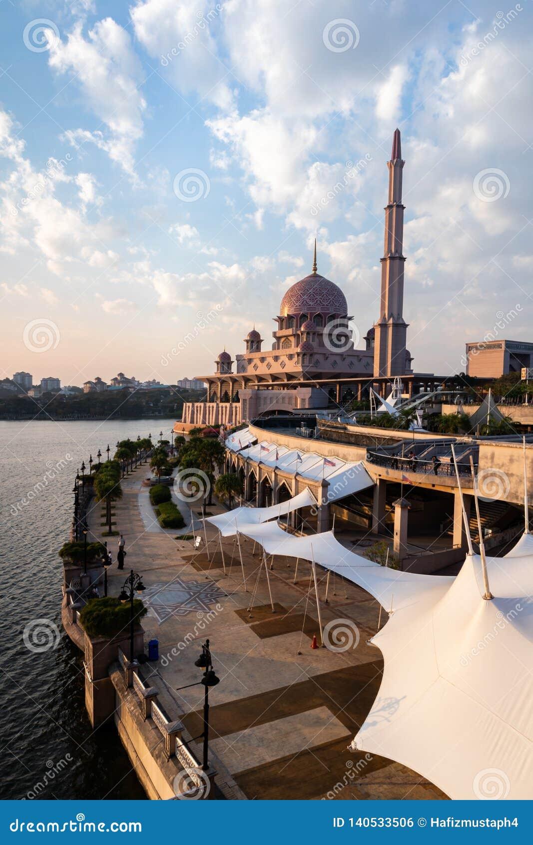 Vue de mosquée de Putra pendant l heure d or Orientation de portrait