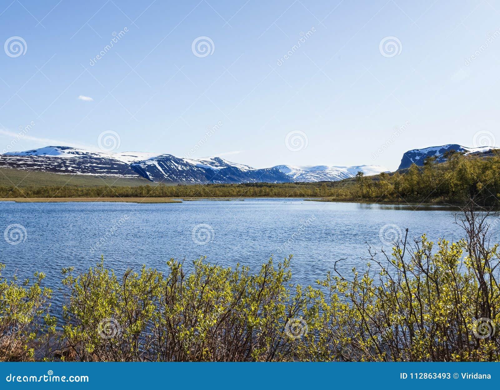 Vue de Nikkaloukta vers la gamme de plus haute montagne du ` s de la Suède avec Kebnekaise comme sommet le plus élevé
