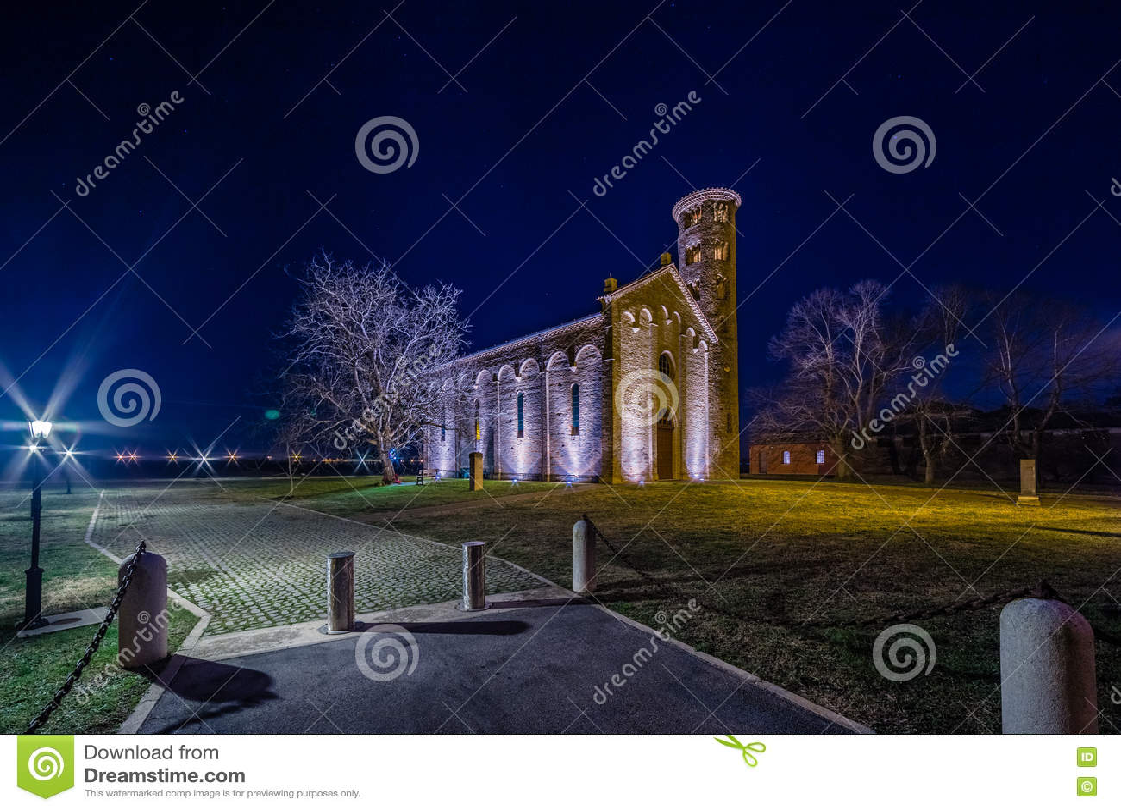 Vue de nuit d église paroissiale antique