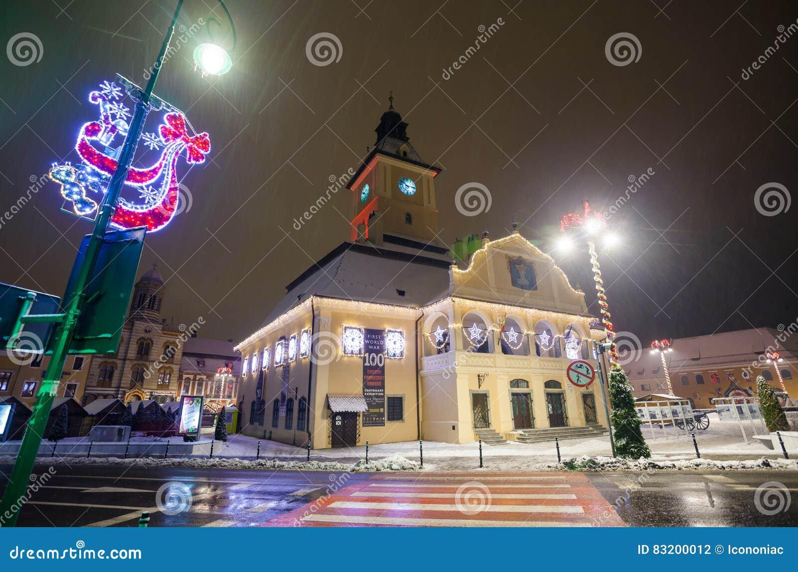 Vue de nuit de logements sociaux de Brasov décorée pour Noël