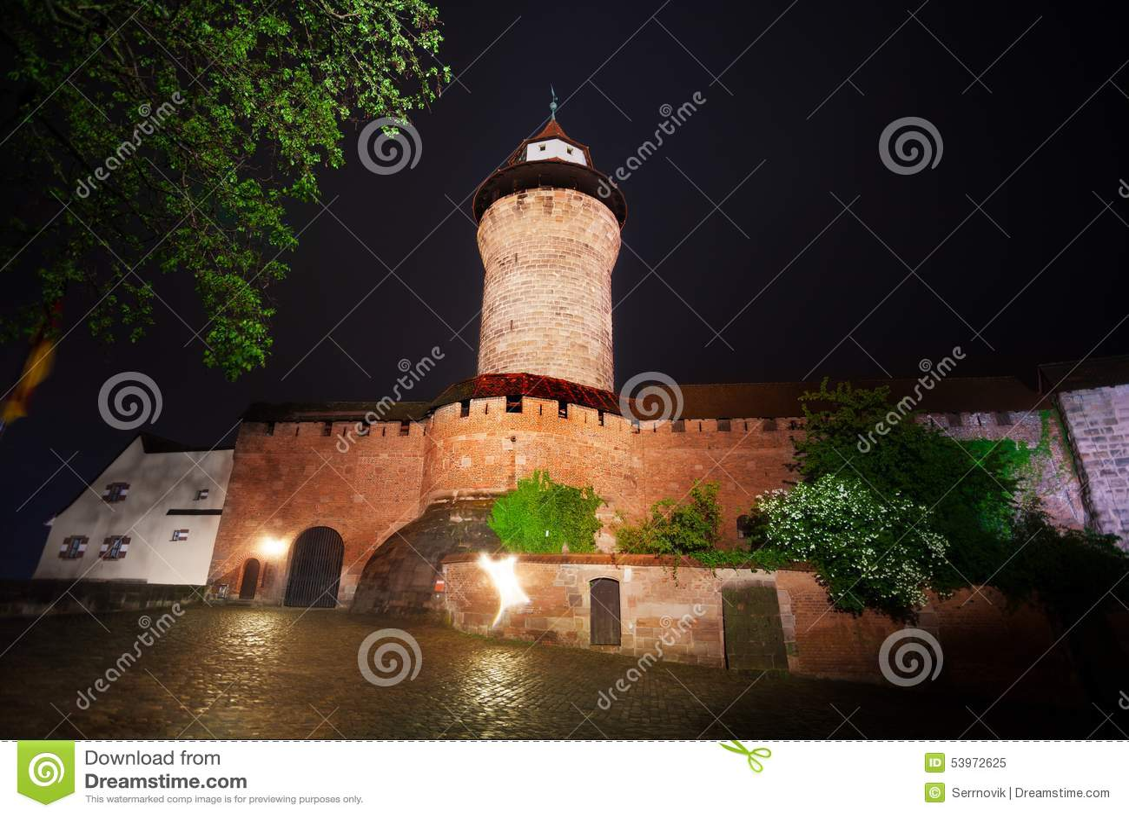 Vue de nuit de mur de Kaiserburg avec Sinwellturm