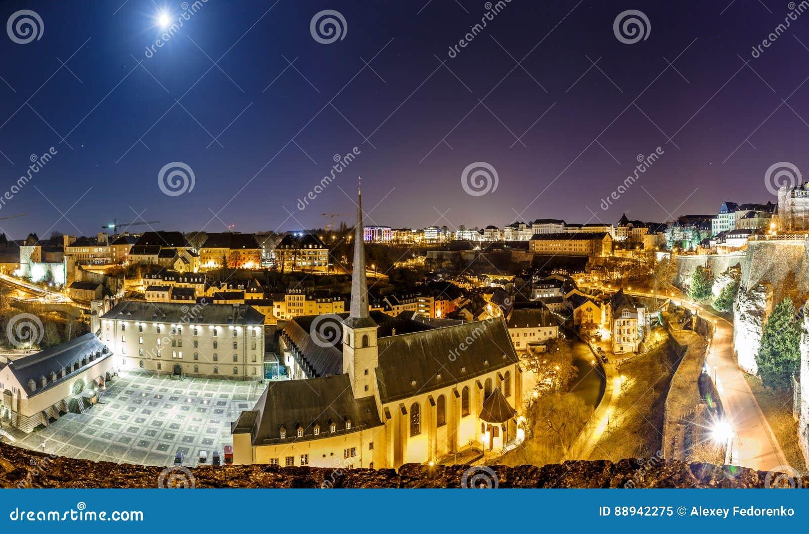 Vue de nuit de Neumunster au Luxembourg