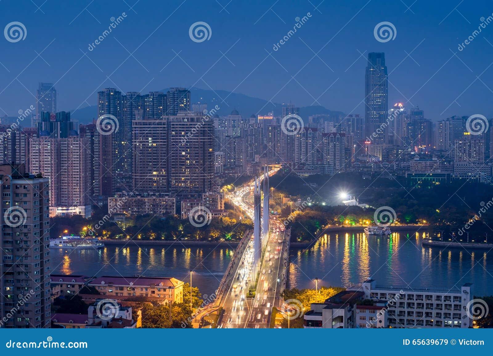 Vue de nuit de ville