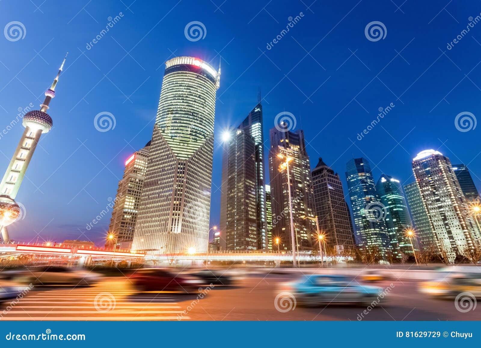 Vue de nuit des bâtiments et de la route urbaine modernes à Changhaï