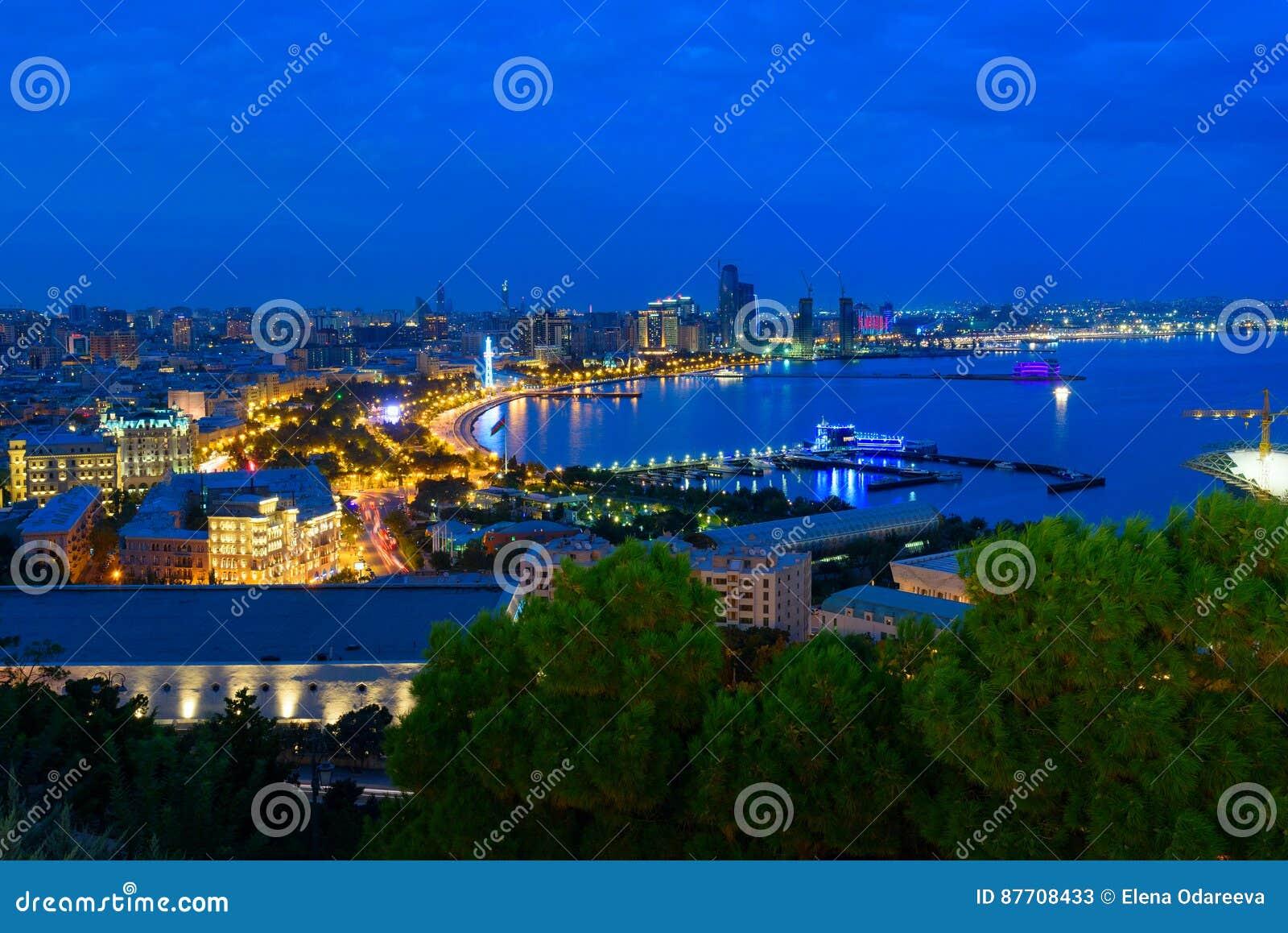 Vue de nuit du boulevard de ville bakou