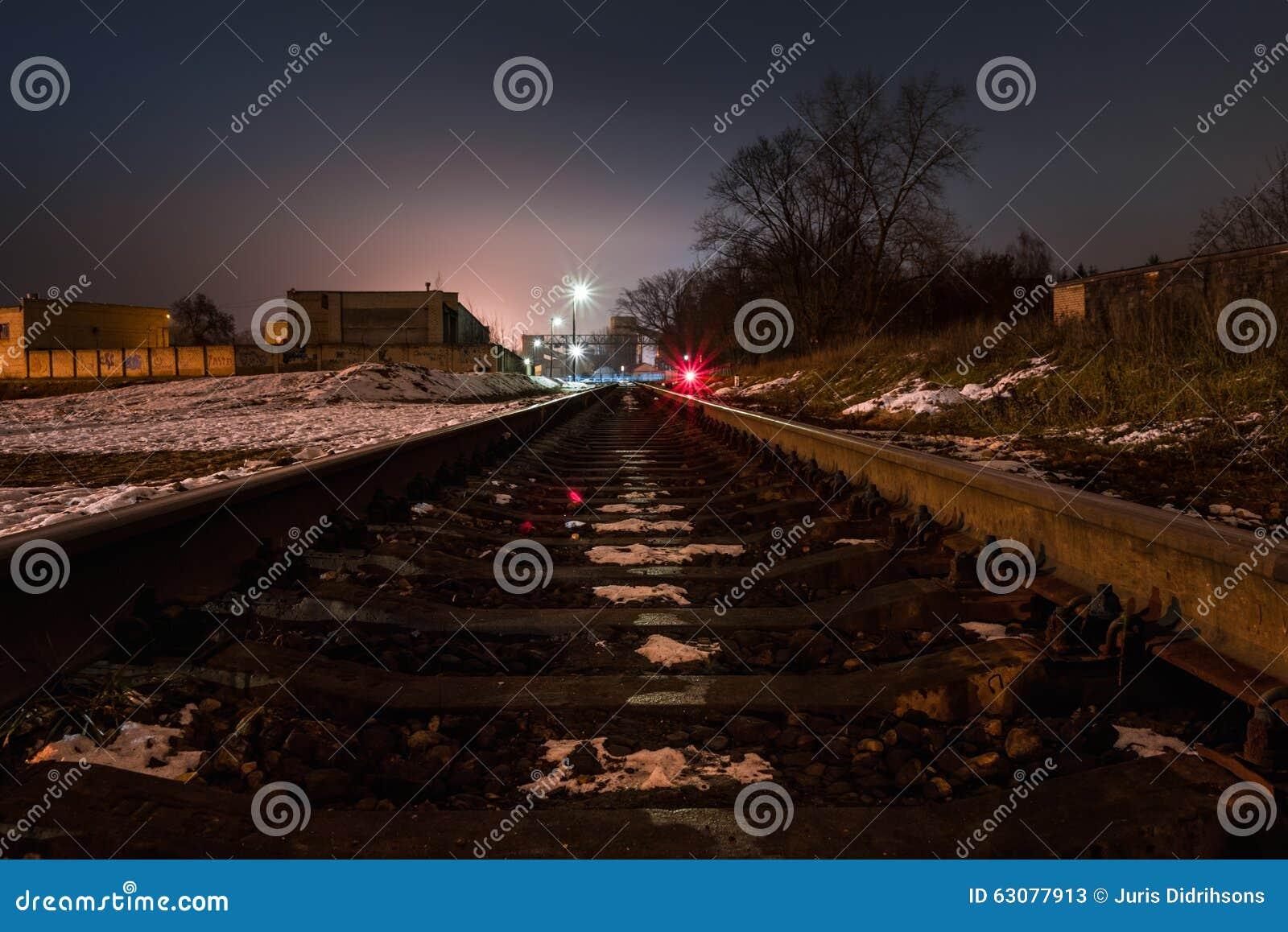 Download Vue De Nuit Du Chemin De Fer Image stock - Image du scène, plateforme: 63077913