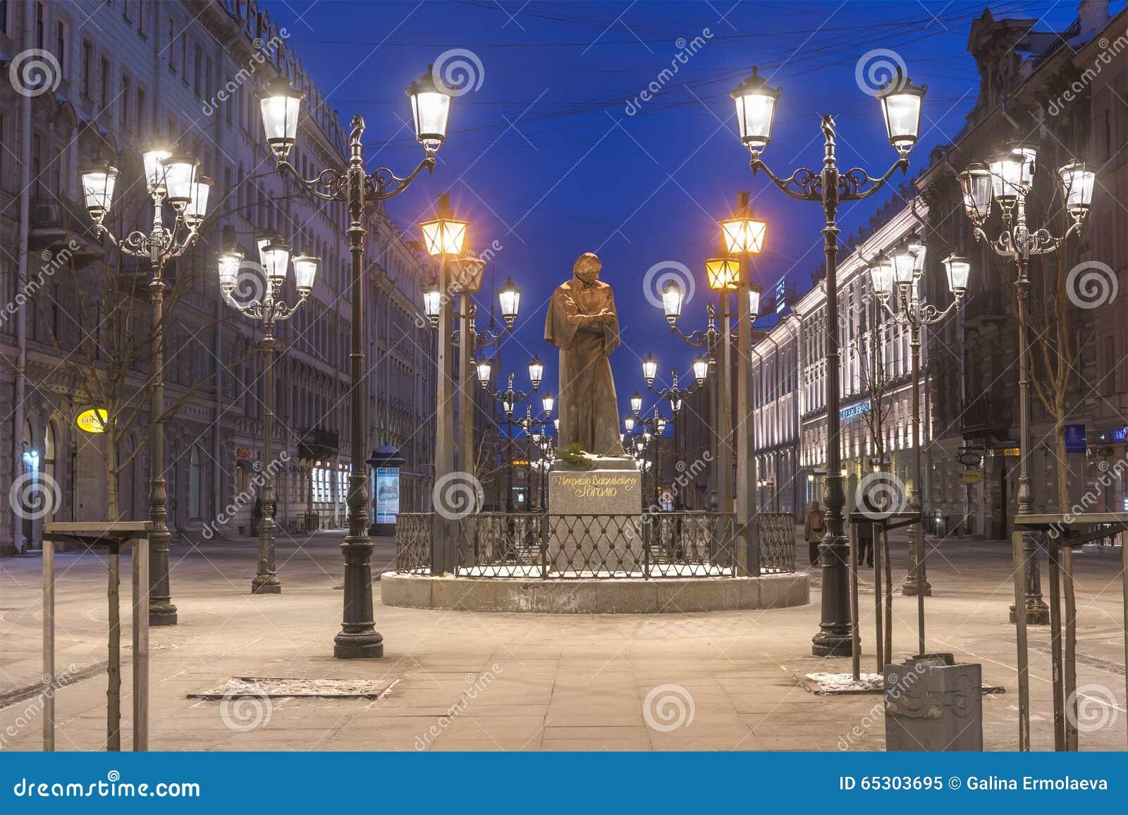 Vue de nuit du monument à l auteur Nikolai Gogol sur Malaya Konyushennaya Street à St Petersburg