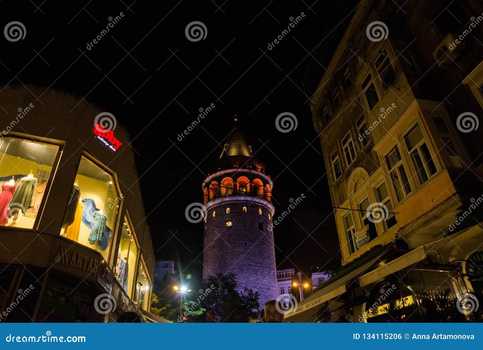 Vue de nuit Paysage urbain avec la tour de Galata au-dessus du klaxon d or à Istanbul, Turquie