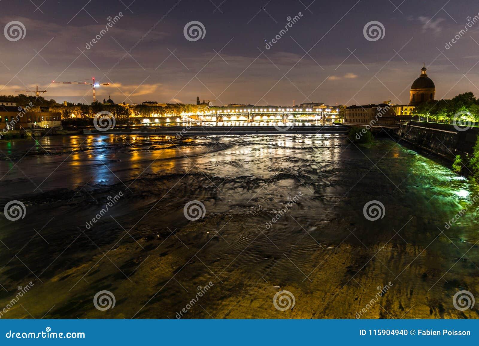 Vue de nuit de Toulouse, de Frances, et de la rivière de la Garonne, avec le pont de St Pierre et le dôme grave de La à l arrière