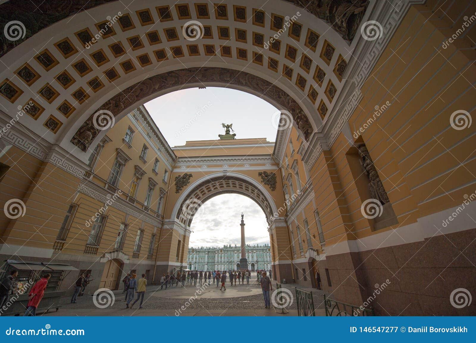 Vue de palais d hiver par la vo?te de s?nat ? l aube, St Petersburg