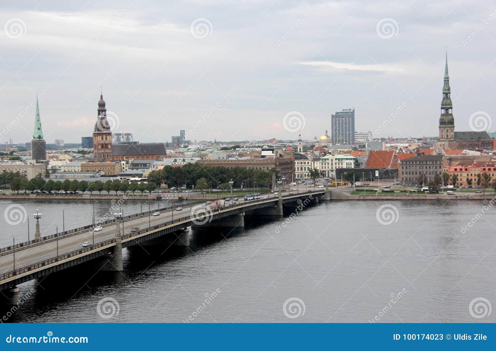 Vue de panorama de la ville de Riga, capitale de la Lettonie Le remblai de la rivière de dvina occidentale