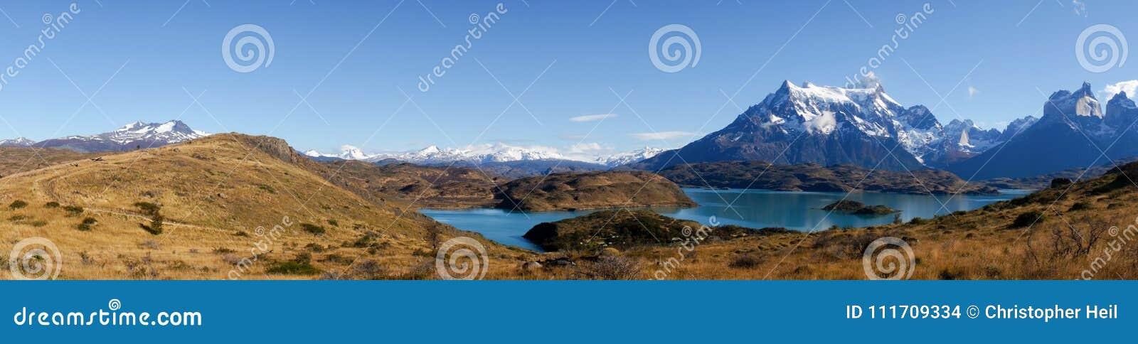 Vue de panorama de Mirador Pehoe vers les montagnes en Torres del Paine, Patagonia, Chili