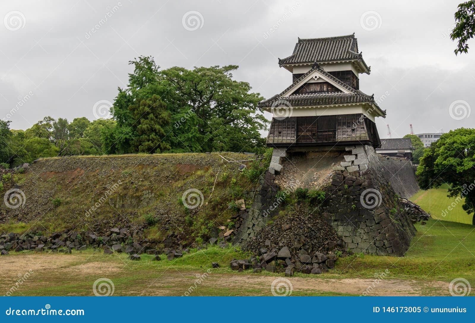 Vue de panorama sur le mur endommag?, d?truit et cass? du ch?teau Kumamoto Capitale de pr?fecture Kumamoto, Japon