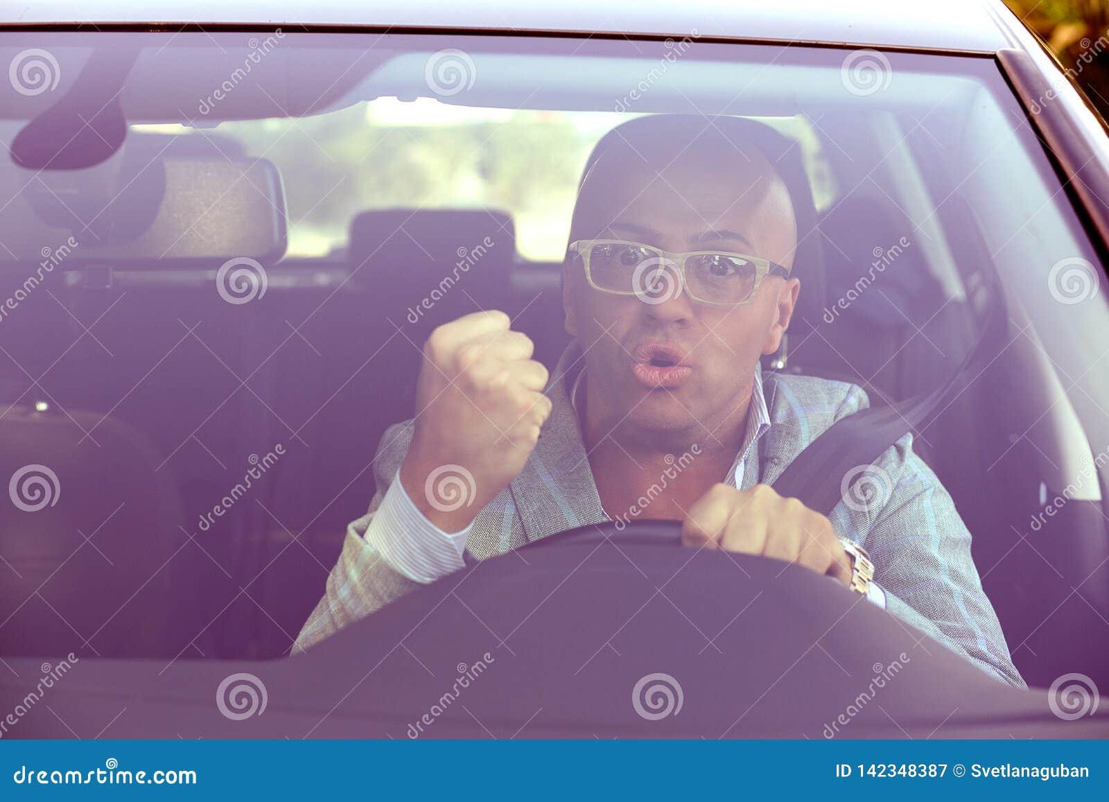 Vue de pare-brise d un homme fâché de conducteur