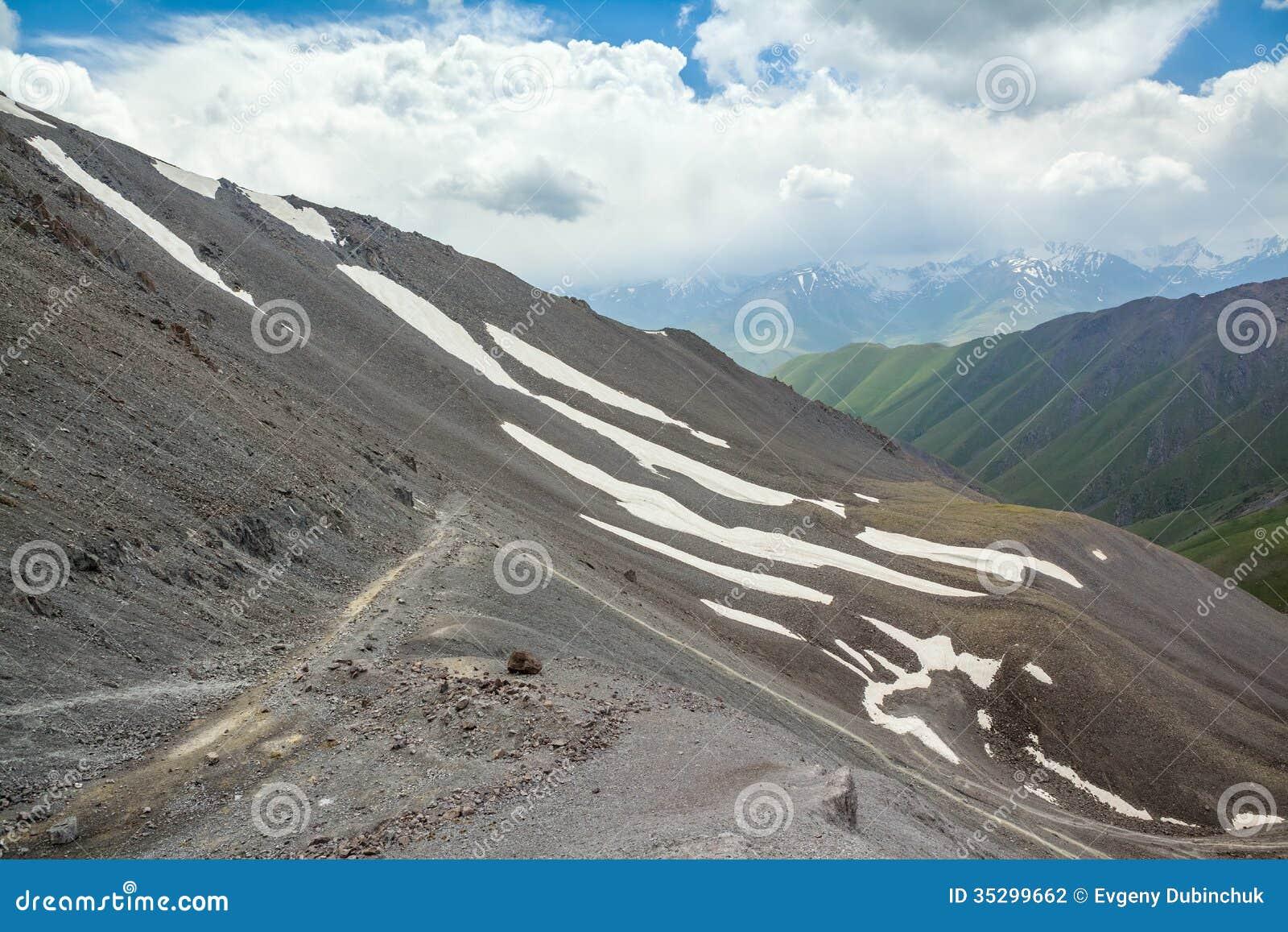 Vue de passage de Kegety en montagnes de Tien Shan